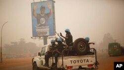 Les Casques bleus de la Minusca patrouillent dans les rues de Bangui, en Centrafrique, le 12 février 2016.