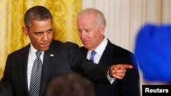 미국의 바락 오바마 대통령(왼쪽)과 조 바이든 부통령이 24일 백악관에서 이민개혁법안에 대한 입장을 밝히기 위해 단상을 향하고 있다.