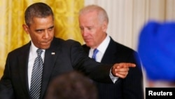 Američki predsednik Barak Obama sa potpredsednikom Džozefom Bajdenom pred govor o imigracionoj reformi, 24. oktobar 2013.