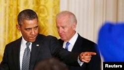 Predsednik Obama u pratnji potpredsednika Džoa Bajdena uoči svog današnjeg govora u Beloj kući o reformi zakona o imigraciji