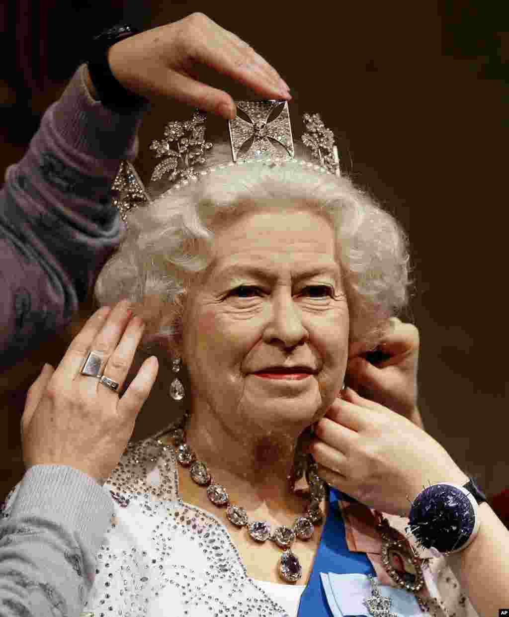 Model patung wax Ratu Inggris Elizabeth II disiapkan di Madame Tussauds di London.
