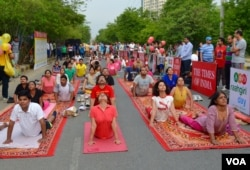 People turned out early on Sunday to take a part in a yoga session to mark World Yoga Day in the business hub of Gurgaon, one of hundreds of such events held through India, June 21, 2015. (Anjana Pasricha/VOA)