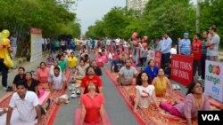 مردم شهر گورگان هند صبح روز یکشنبه در مراسم روز جهانی یوگا شرکت کردند - ۳۱ خرداد ۱۳۹۴