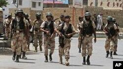 Pasukan keamanan Pakistan melakukan patroli di Karachi (foto: ilustrasi).