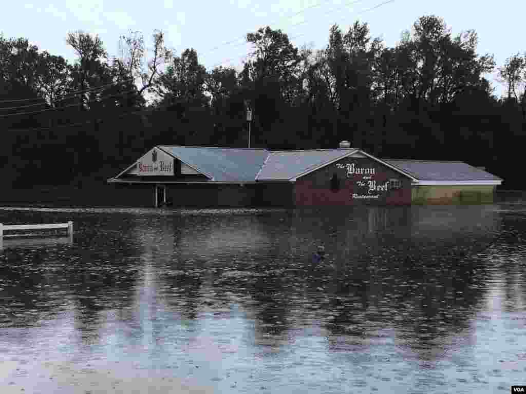 این رستوران در «کینستان» کارولینا شمالی گرفتار سیل بعد از توفان فلورنس شده است.