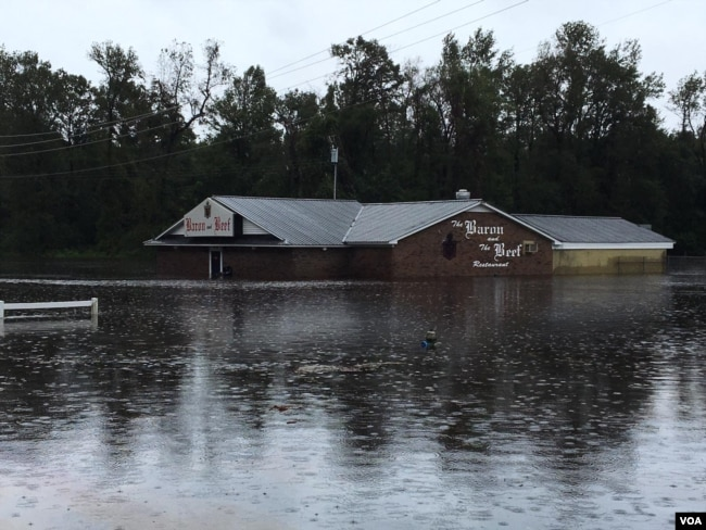 In Kinston, N.C., people and businesses were in a precarious situation as the Neuse River went out of its banks during Tropical Storm Florence, Sept. 15, 2018. (VOA Russian service)