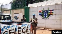 Un membre de la rébellion Séléka devant la base militaire sud-africaine abandonnée à Bangui, le 26 mars 2013.