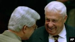 Mantan pemimpin Israel Ariel Sharon mendapat ucapan selamat dari Menteri Luar Negeri David Levy pada 1996. (Foto: Dok)