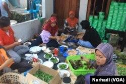 Rewang adalah tradisi gotong royong bagi ibu-ibu yang meminimalkan kebutuhan uang dalam acara besar. (Foto: VOA/ Nurhadi)