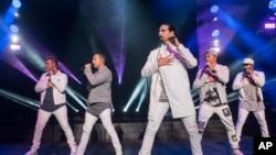 Anggota Backstreet Boys, dari kiri, Nick Carter, Howie Dorough, Kevin Richardson, Brian Littrell, dan AJ McLean tampil di KTUphoria 2018 di Jones Beach Theatre pada Sabtu, 16 Juni 2018, di Wantagh, New York. (Foto: AFP/Charles Sykes)