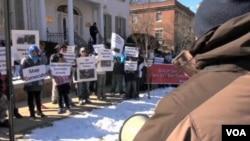 미국 워싱턴의 주미 버마대사관 앞에서 시위를 벌이는 로힝야 소수 민족. (자료사진)