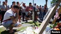 15일 프랑스 니스에서 전날 대형 트럭이 돌진하는 테러로 84명이 사망하고 수십 명이 다친 현장 주변에 희생자들을 추모하기 위한 꽃다발 등이 놓여있다.