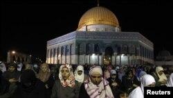 Warga Palestina menjalankan ibadah sholat di halaman masjid Haram al-Sharif (yang juga dikenal sebagai Temple Mount) di Yerusalem (Foto: dok).