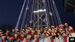 지난 2010년 성탄절을 앞두고 휴전선 남측 애기봉에 설치된 30미터 높이의 등탑. 북한 지역에서도 등탑의 불빛을 볼 수 있다. (자료 사진)