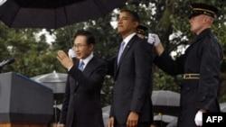 Predsednik SAD Barak Obama i južnokorejski predsednik Li Mjung-bak na travnjaku ispred Bele kuće, 13. oktobra 2011.