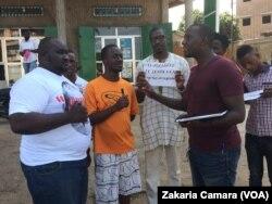 Les signataires d'une pétition contre le loyer cher à Conakry, Guinée, le 20 novembre 2016. (VOA/Zakaria Camara)