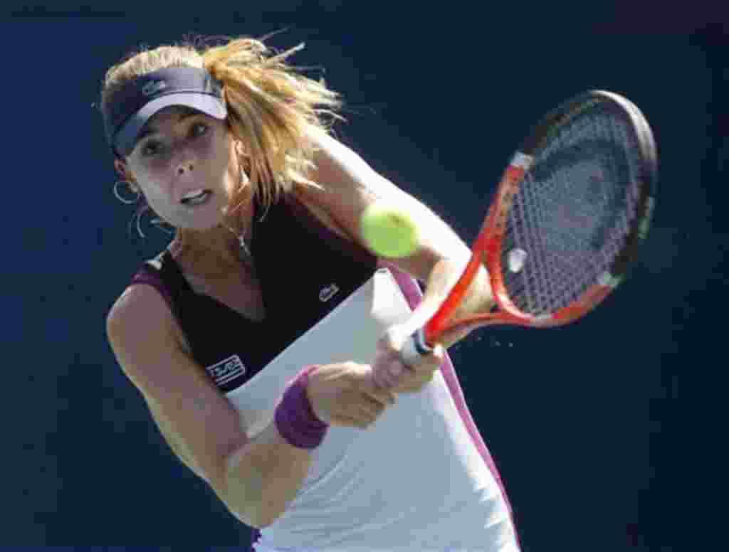 Alize Cornet de Francia devuelve un tiro a Roberta Vinci de Italia en el torneo de tenis Abierto de EE.UU. en Nueva York, jueves, 1 de septiembre de 2011. (AP Photo / Paul J. Bereswill)