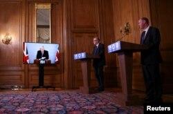 (Soldan sağa) İngiltere Başbakanı Boris Johnson, İngiltere Sağlık Direktörü Chris Whitty ve Oxford aşı projesi uzmanı Dr. Andrew Pollard