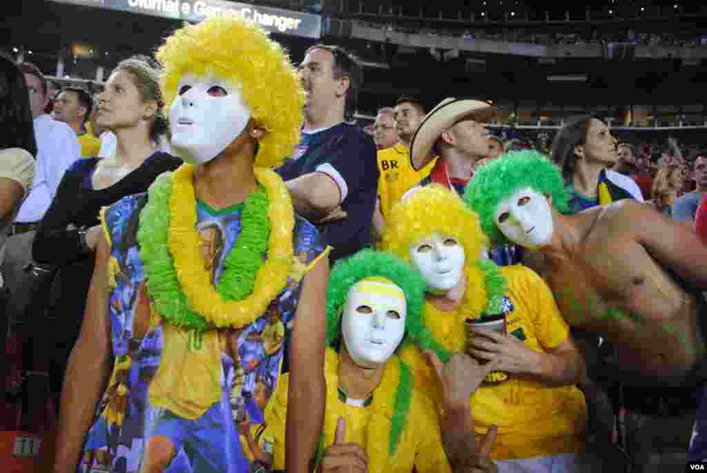 Fanáticos del equipo de Brasil prefieren permanecer en el anonimato, mientras su equipo domina al de EE.UU. VOA/M. Lipin