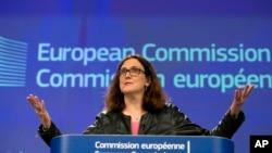 Komisaris Dagang Uni Eropa, Cecilia Malmstroem, dalam konferensi media di markas besar Uni Eropa di Brussels, Rabu, 7 Maret 2018. Uni Eropa akan menetapkan strategi untuk menghadapi tarif baja dan aluminium AS. (AP Photo / Virginia Mayo)