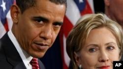 រូបភាពឯកសារ៖ កាលពីថ្ងៃទី០១ ធ្នូ ២០០៨ ប្រធានាធិបតី បារាក់ អូបាម៉ា (ឆ្វេង) ឈរជាមួយលោកស្រី Hillary Rodham Clinton បន្ទាប់ពីប្រកាសថាអ្នកស្រីគឺជារដ្ឋលេខាធិការក្រសួងការបរទេសពីការជ្រើសតាំងរបស់លោកក្នុងសន្និសីទកាសែតមួយក្នុងទីក្រុង Chicago។