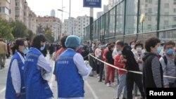 中國山東省青島市民排隊等候進行新冠病毒核酸檢測。 (2020年10月12日)