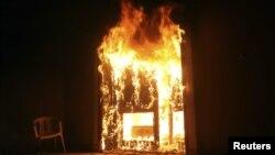 El consulado de Estados Unidos en Bengasi, arde en llamas luego del ataque de militantes, en el que murieron cuatro estadounidenses.