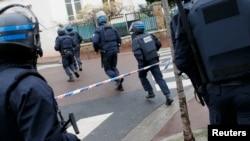 Thành viên lực lượng đặc nhiệm Pháp GIPN tại hiện trường vụ đột kích vào siêu thị Kosher ở Paris.