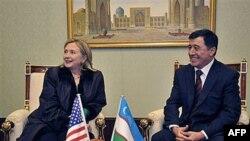 Državna sekretarka Hilari Klinton sa ministrom inostranih poslova Uzbekistana Vladimirom Norovim, 2. decembar, 2010.