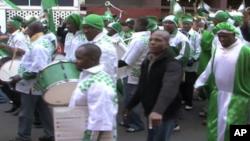 Mashabiki wa Nigeria wakiandamana kupitia mtaa wa Hillsborough Johannesburg kabla ya timu yao kushuka kwa mchuano wa kwanza.