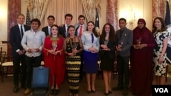 Kesepuluh anak muda penerima Global Emerging Youth Leaders Award 2016 (VOA/Eva).