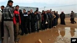 Refugiados sirios aguardan por ayuda en el campamento de Zaarati, cerca de la frontera con Jordania.