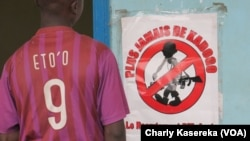 Un ex-enfant soldat pendant son témoignage lors des audiences pour l'établissement de l'acte de naissance de l'acte des enfants nés du viol ou des ex-enfants soldats, à Rutshuru, Nord-Kivu, RDC, 6 septembre 2017. (VOA/Charly Kasereka)