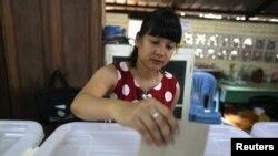 仰光选民已经开始在投票站投票 (2015年11月6日)