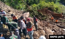 Tim penyelamat yang mencari korban tanah longsor akibat hujan menewaskan sedikitnya tiga orang di dekat pembangkit listrik Batang Toru di Tapanuli Selatan, Sumatera Utara. (Foto: BNPB via AFP)