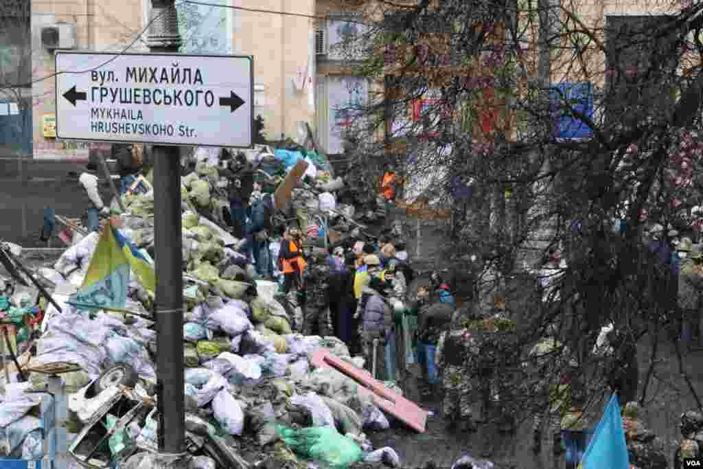 Исторические кадры баррикад по улице Грушевского и сгоревшей колоннады футбольного стадиона им.Валерия Лобановского. Еще три недели назад здесь было противостояние между правительственными войски и отряды самообороны Евромайдана.
