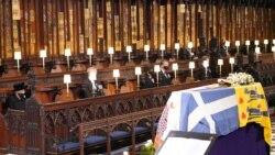 Ratu Inggris Elizabeth II memandangi peti jenazah suaminya, Pangeran Philip, saat upacara pemakaman di Kapel St. George, di Windsor, Inggris, Sabtu, 17 April 2021. (Foto: Jonathan Brady/Pool via Reuters)