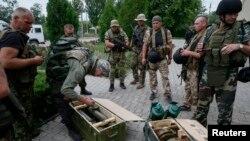 Binh sĩ Ukraine kiểm tra vũ khí chiếm được từ tay quân nổi dậy ở Slovyansk, ngày 6 tháng 7, 2014.