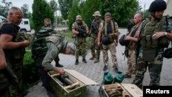 7月6日乌克兰政府军在夺回斯洛文斯克后检查缴获的反政府组织的武器