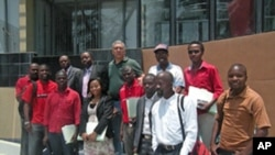 Os correspondentes da VOA em Angola, ladeando o jornalista Luís Costa Ribas