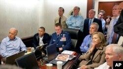 اوباما همراه اعضای ادارۀ حکومتش جریان عملیات چهل دقیقۀ کشتن بن لادن را تماشا مینمایند.