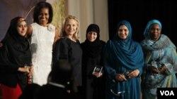 La primera dama, Michelle Obama y la secretaria de Estado, Hillary Clinton, reconocen los aportes de las mujeres en diferentes partes del mundo.