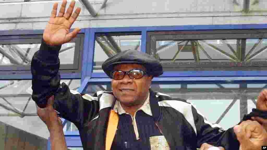 Le chanteur congolais Papa Wemba, et ses partisans devant le palais de justice de Bobigny, le 17 novembre 2004.