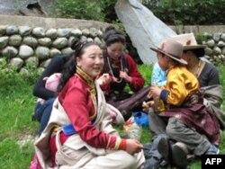 参加跑马节的藏族民众