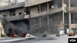 Para demonstran Suriah membakar ban dan menghalangi jalanan setelah bentrokan dengan pasukan keamanan di kota Daraa (23/2).