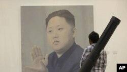 Một người đứng nhìn bức chân dung lãnh đạo Bắc Triều Tiên Kim Jong-un của nghệ sĩ Trung Quốc Yan Lei tại 1 triển lãm ở Bắc Kinh, Trung Quốc, 13/4/2012