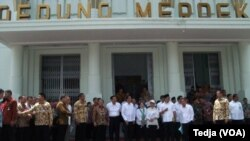 Presiden Jokowi bersama rombongan meninjau Gedung Merdeka, Bandung, 16 April 2015 (Foto: VOA/Tedja)