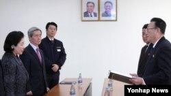현정은 현대그룹 회장(왼쪽)이 24일 북한 개성공단에서 김양건 북한 노동당 통일전선부장 겸 대남비서(오른쪽)로부터 김정은 제1위원장의 친서를 전달받고 있다.