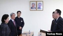 현정은 현대그룹 회장(왼쪽)이 지난달 24일 북한 개성공단에서 김양건 북한 노동당 통일전선부장 겸 대남비서(오른쪽)로부터 김정은 제1위원장의 친서를 전달받고 있다.