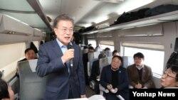 Presiden Korea Selatan Moon Jae-in berbicara pada konferensi pers di sebuah stasiun KTX, 19 Desember 2017. (Foto: dok).